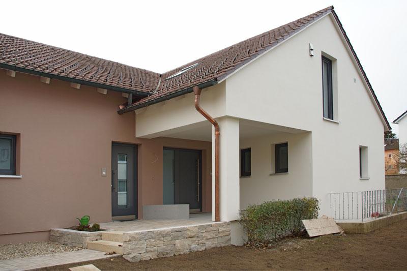 Sanierung 70-er Jahre EFH, neuer Eingangsbereich mit zwei Hauseingängen