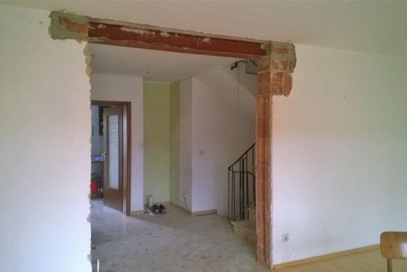 Sanierung einer Doppelhaushälfte in Zeitlarn, Landkreis Regensburg, Bauphase Wanddurchbruch zum Wohnzimmer