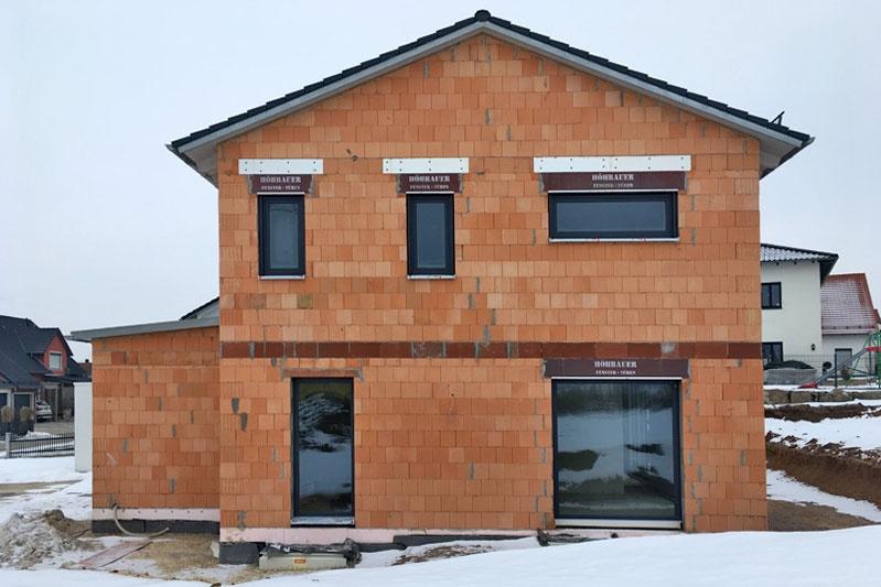 Einfamilienhaus mit Doppelgarage in Köfering, Landkreis Regensburg, Bauphase Seitenansicht