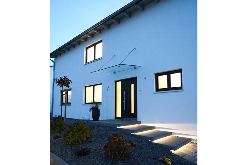 Neubau Einfamilienhaus in Thalmassing, Landkreis Regensburg, Außenansicht Eingang Nacht