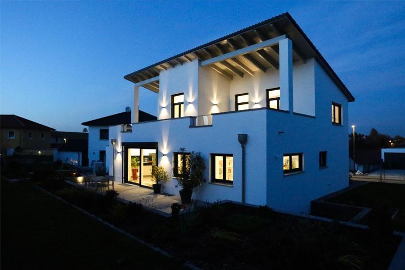 Neubau Einfamilienhaus in Thalmassing, Landkreis Regensburg, Außenansicht Nacht