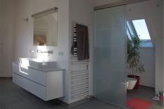 Modernes Bad mit separatem WC-Bereich